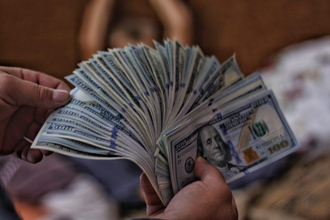 Dolár vďaka pozitívnym očakávaniam posilnil